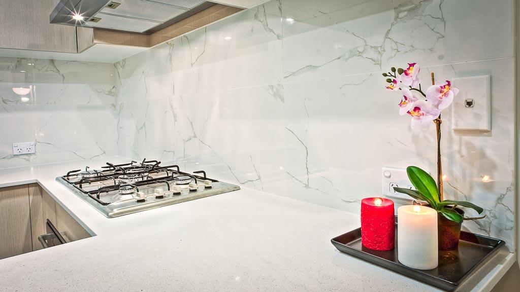 Pacshore-Quartz-Bianco-Statuario-Kitchen